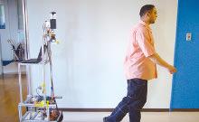 人間を認識して追従する移動ロボットの写真